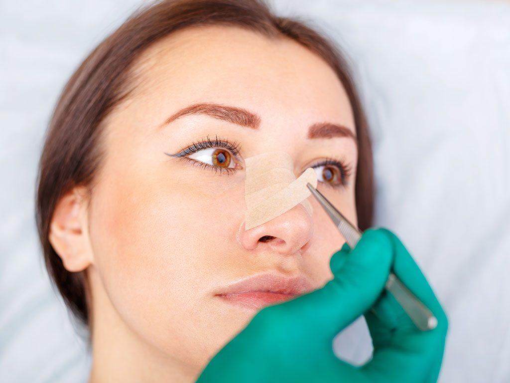Burun estetiği ameliyatı kişinin yüz yapısına uygun bir şekilde gerçekleştirilir.