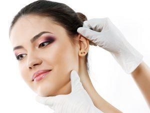 Kepçe kulak estetiği, kulak yapısındaki şekil bozuklukları ve kafa yapısındaki açıklıkları düzeltir.