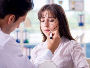 Yüz estetiği ameliyatı, yüz bölgesindeki sorunların giderilmesinde yardımcı olur.